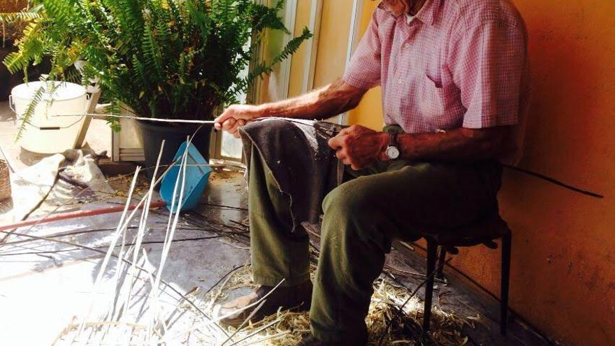 Cesáreao Pérez, artesano de  cestería de mimbre. Foto: Cabildo de La Palma.