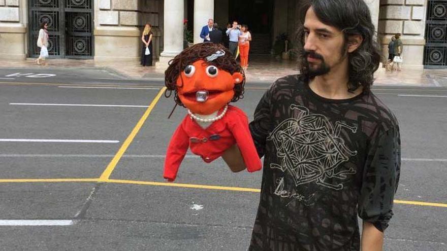 Uno de los manifestantes con un muñeco que emulaba a Rita Barberá