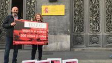 Los activistas José Palazón y Maite Echarte momentos antes de entregar en el Ministerio de Educación las 100.000 firmas recogidas para exigir la escolarizacón de 160 menores que, según denuncian, no pueden ir al colegio en Melilla.