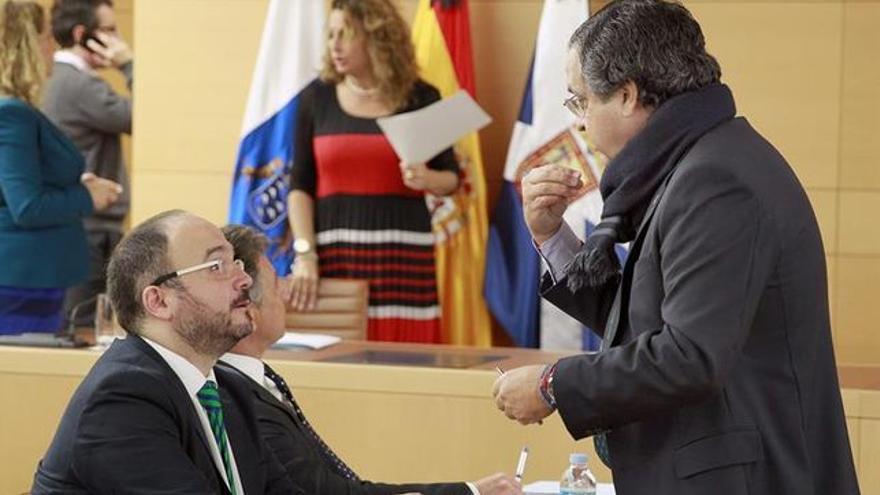 José Antonio Valbuena (izquierda), en un pleno del mandato anterior, habla con Antonio Alarcó, del PP
