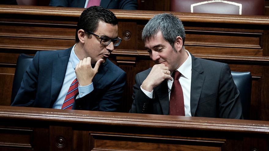 Fernando Clavijo (i) en el Parlamento de Canarias junto a Pablo Rodríguez (d)