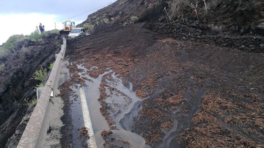 Las escorrentías cortan la carretera de la costa de Fuencaliente