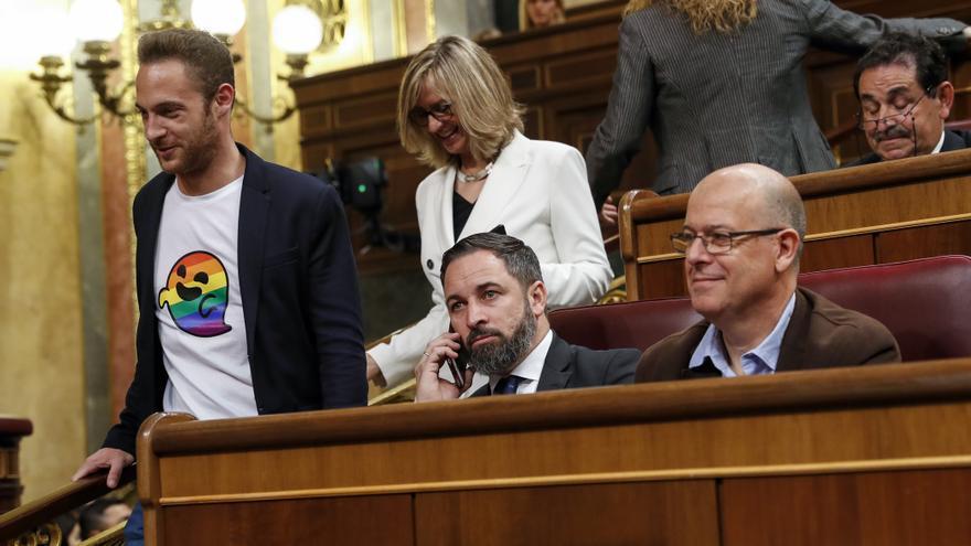 El diputado socialista Arnau Ramírez, con una camiseta de Gaysper, se acercó a Santiago Abascal para que le hicieran una foto.