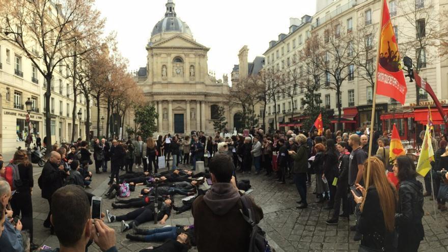 Performance en París para recordar a las víctimas de violencia machista. #7N. Marea Granate