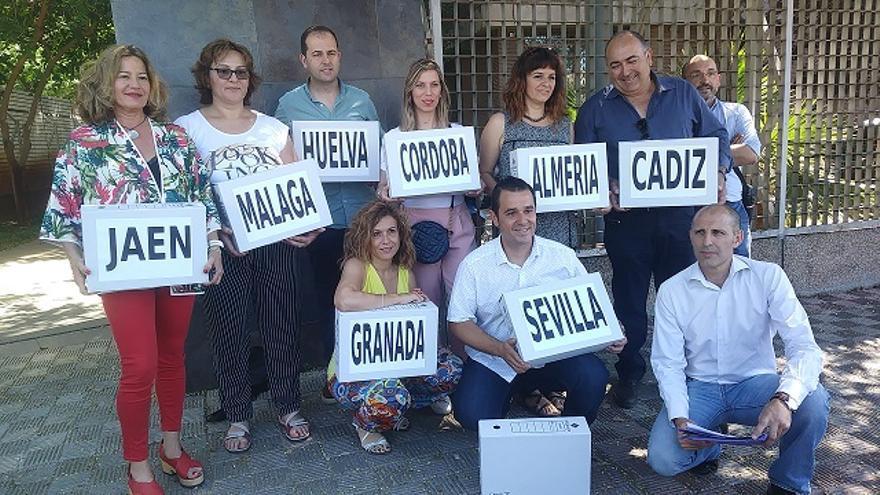 Funcionarios interinos andaluces presentan 51.000 firmas para estabilizar sus puestos de trabajo