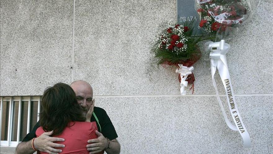 La coordinadora de Esquerda Unida de Galicia, Yolanda Díaz abraza a Quico Permuy, tío de José Couso, en el homenaje en la plaza de Ferrol que lleva su nombre.