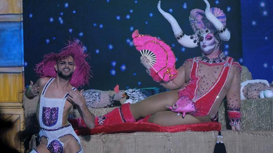 """Drag Lemnos, con su fantasía """"Teta que mano no cubre, no es teta, sino ubre"""". (EFE/Angel Medina G)."""