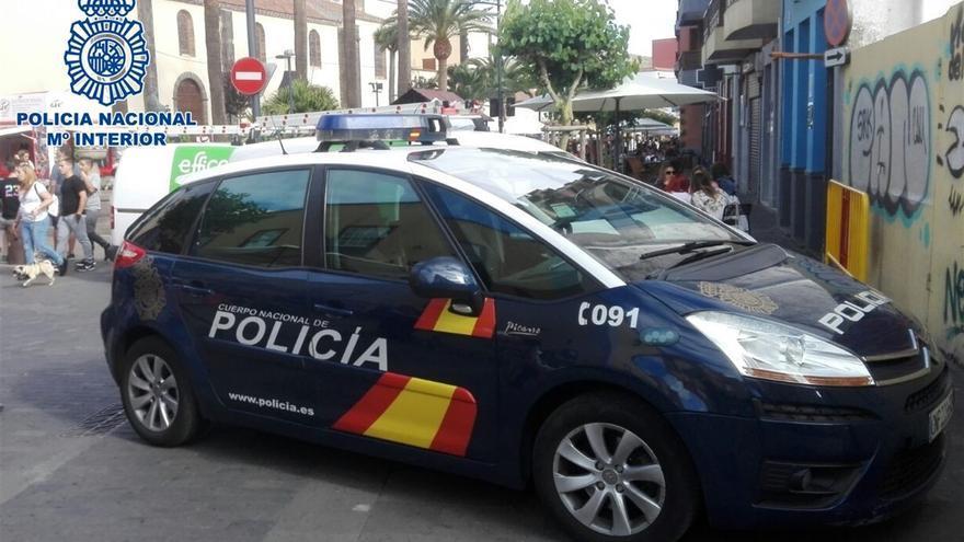 Coche de la Policía Nacional en el casco de La Laguna