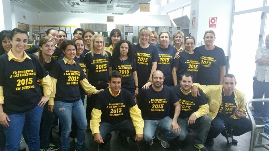Empleados lucen camisetas de 'Yo sobreviví a las elecciones 2015 en Correos' tras incidentes ocurridos en Melilla