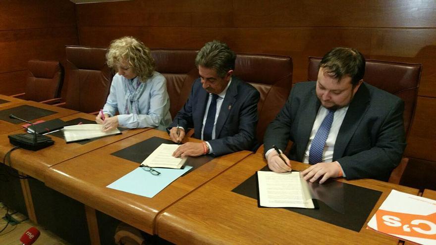 Eva Díaz Tezanos (PSOE), Miguel Ángel Revilla (PRC) y Rubén Gómez (C's) durante la firma del acuerdo.