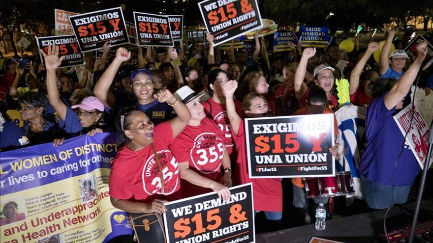 Miles de trabajadores claman en EEUU por un salario mínimo de 15 dólares hora