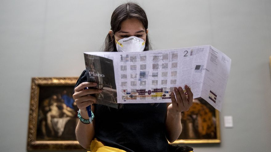 Una visitante del Museo del Prado durante el pasado miércoles, el último día antes del cierre por coronavirus