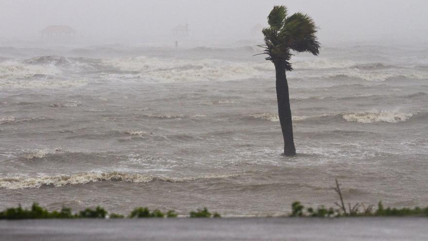 Los meteorólogos vigilan dos ondas en el Atlántico, una acercándose ya al Caribe