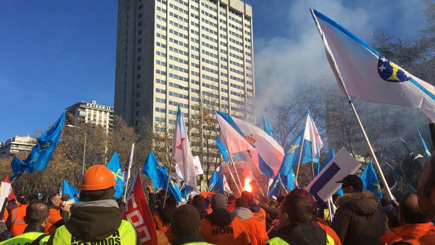Trabajadores de las plantas de Alcoa se concentran frente a Industria para impedir el cierre de las plantas