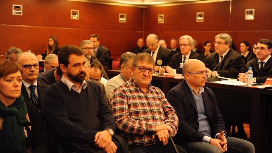 De izquierda a derecha, Jon Iñaki Echaburu, Aitor Telleria y Alfredo De Miguel,en el banquillo de los acusados. Foto: Nuria González