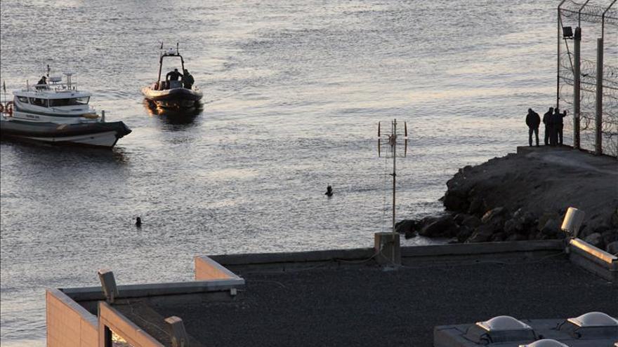 Dos embarcaciones de la Guardia Civil en el espigón del Tarajal el 6 de febrero de 2014/ Efe