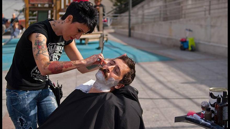 Afeitado solidario para recaudar fondos para Movember Foundation Spain y concienciar sobre el cuidado de la salud masculina.