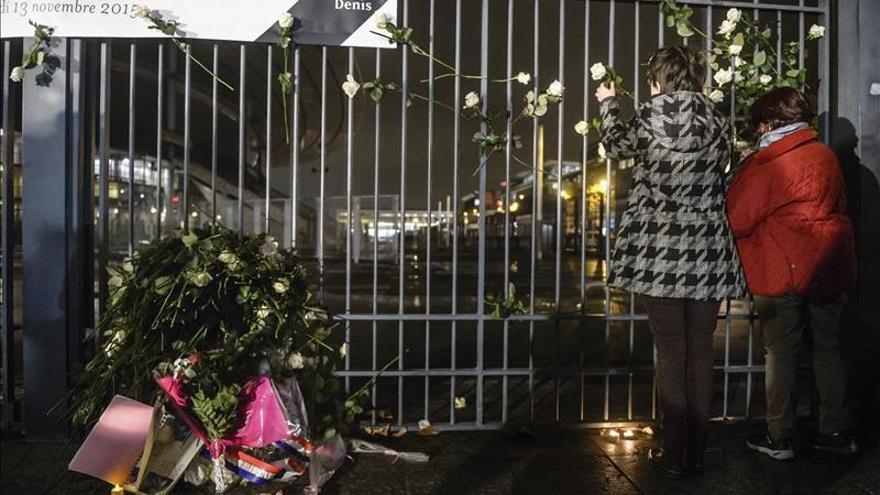 Exteriores del estadio Saint Denis con flores en memoria de los fallecidos por los atentados en Francia.