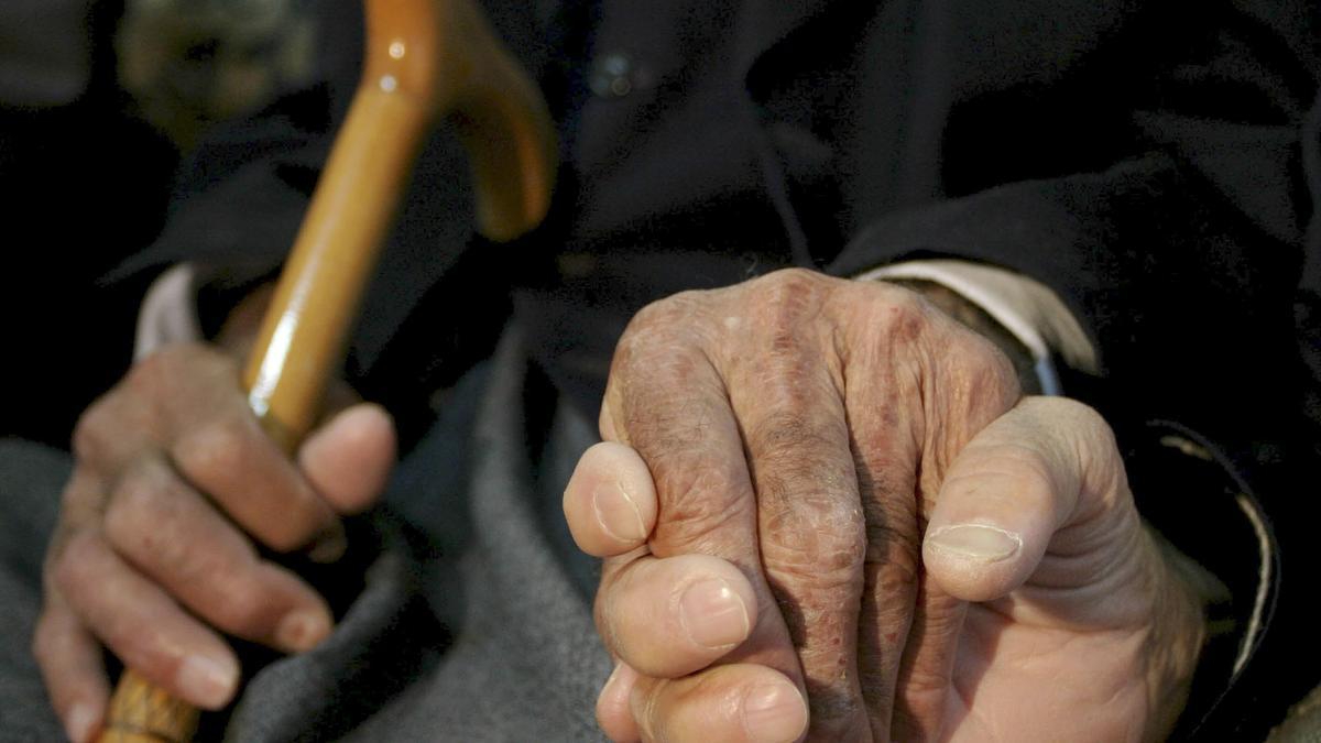 Mayores, con patologías previas y muchos de ellos en residencias, los enfermos de alzheimer se han convertido en el objetivo perfecto para la COVID-19 y han sufrido las peores consecuencias del confinamiento, al verse aislados de su entorno y apartados de sus rutinas, lo que ha contribuido a un deterioro de su enfermedad. EFE/Ensar Ozdemir/Archivo