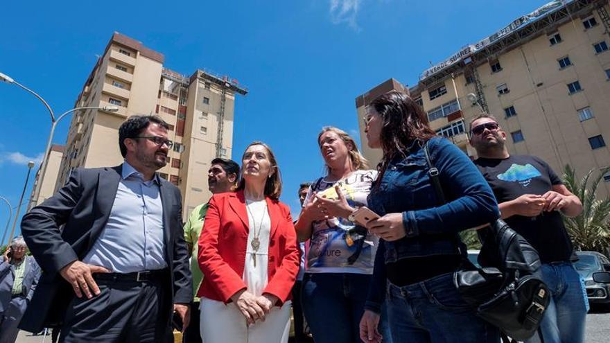 La ministra de Fomento en funciones, Ana Pastor (c), junto al presidente regional del PP, Asier Antona (i), durante la visita que realizó las obras de la segunda fase del Área de Renovación Urbana (ARU) del barrio de Jinámar. EFE/Ángel Medina G.