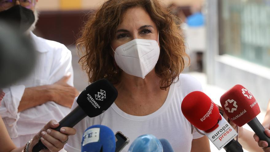La ministra de Hacienda y portavoz del Gobierno, María Jesús Montero, atiende a los medios este domingo al acudir a votar a las primarias del PSOE-A.