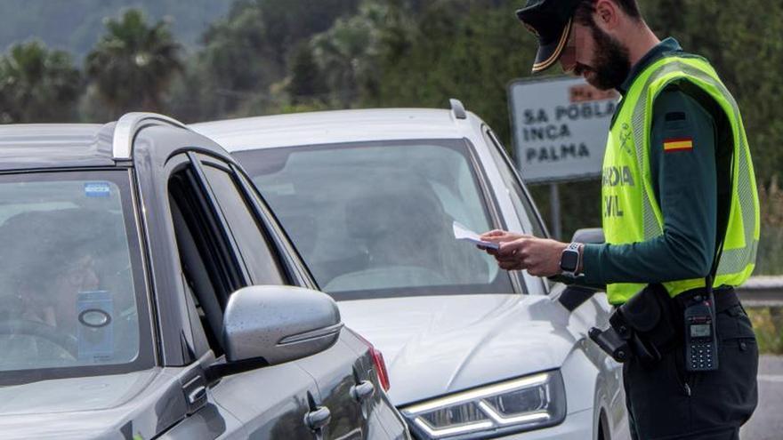 Un agente de la Guardia Civil de Pollença realiza un control de tráfico en la carretera Sa Pobla Alcudia, en Palma de Mallorca.