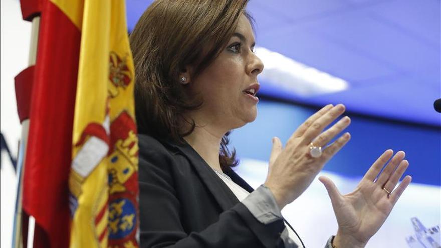 Sáenz de Santamaría apela a la unidad y reprocha a Podemos falta de grandeza