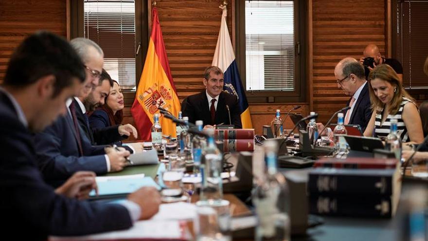 El presidente de la comunidad autónoma, Fernando Clavijo, preside la reunión semanal del Consejo de Gobierno, celebrada este lunes en Las Palmas de Gran Canaria. EFE/Ángel Medina G.