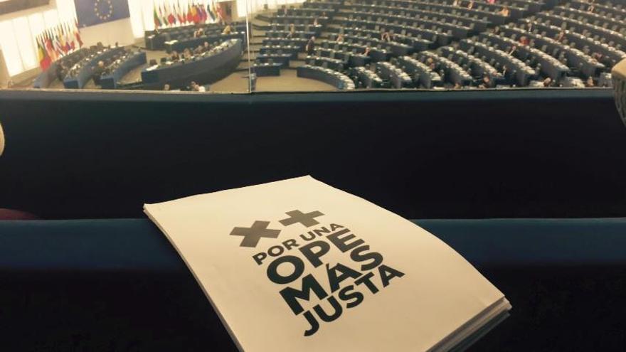 Los trabajadores sanitarios entregaron sus peticiones a los eurodiputados del grupo socialista en la cámara de Estrasburgo.