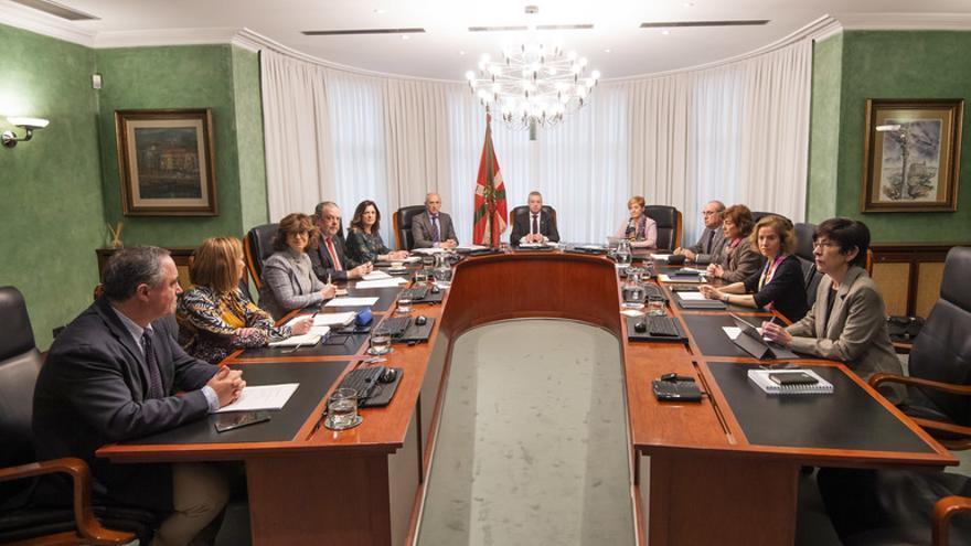 El lehendakari Urkullu, en el centro, al frente del Consejo de Gobierno extraordinario