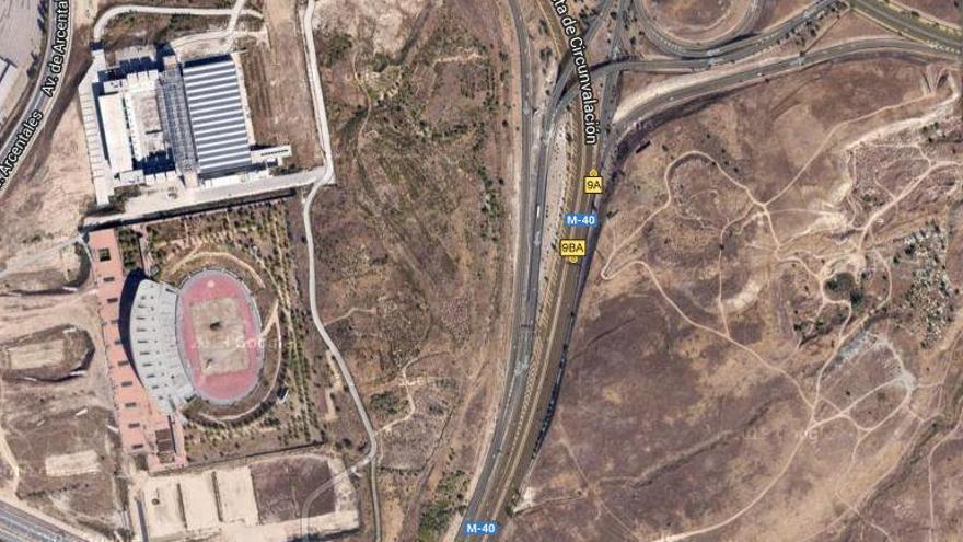 Vista aérea en Google.Maps de la zona olímpica con el estadio y el centro acuático. Al otro lado de la autopista, el terreno de la villa.