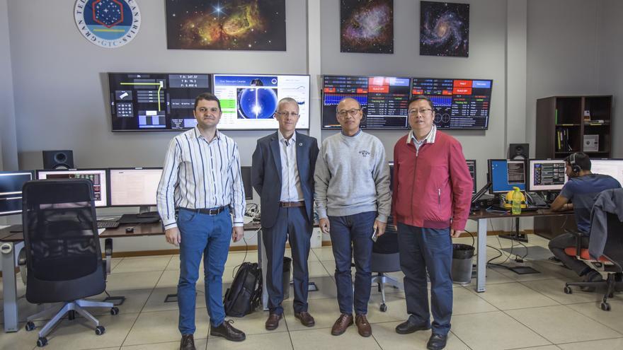 Carlos Allende, investigador del IAC; Romano Corradi, director del GTC, En-ge Wang, vicepresidente de la CAS; y Gang Zhao, subdirector general del NAOC, en la sala de control del GTC. Crédito: Daniel López/IAC.