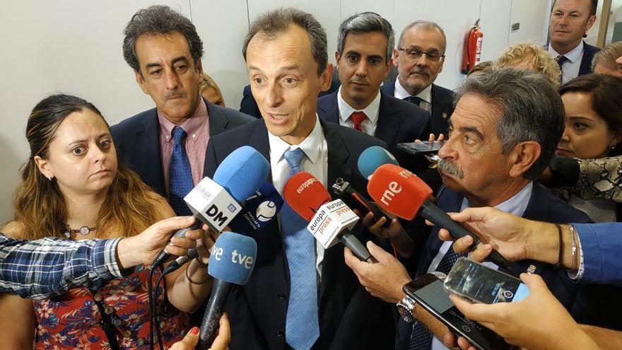 Pedro Duque, abordado por los periodistas, cuando visitaba el Instituto de Hidráulica junto a Revilla.   RUBÉN VIVAR