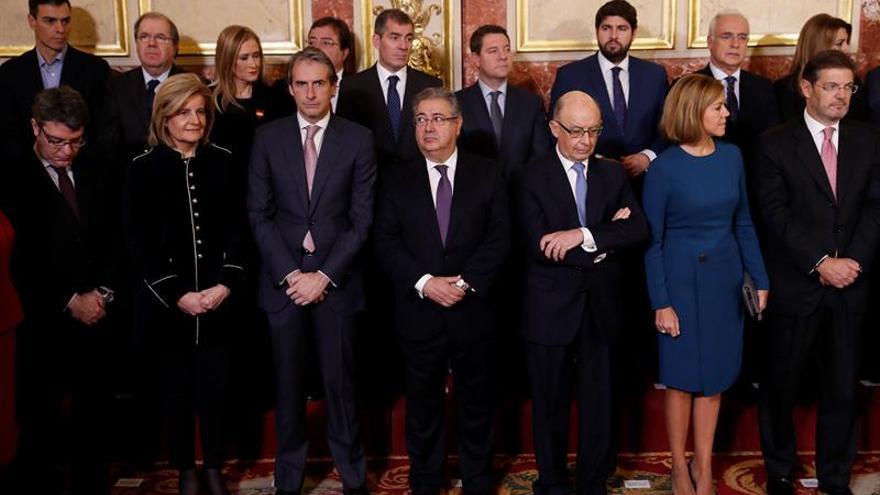 El presidente canario, Fernando Clavijo (el quinto contando por la derecha o la izquierda en la parte de atrás) durante el acto conmemorativo celebrado hen el Congreso de los Diputados con motivo del Día de la Constitución. EFE/ Chema Moya