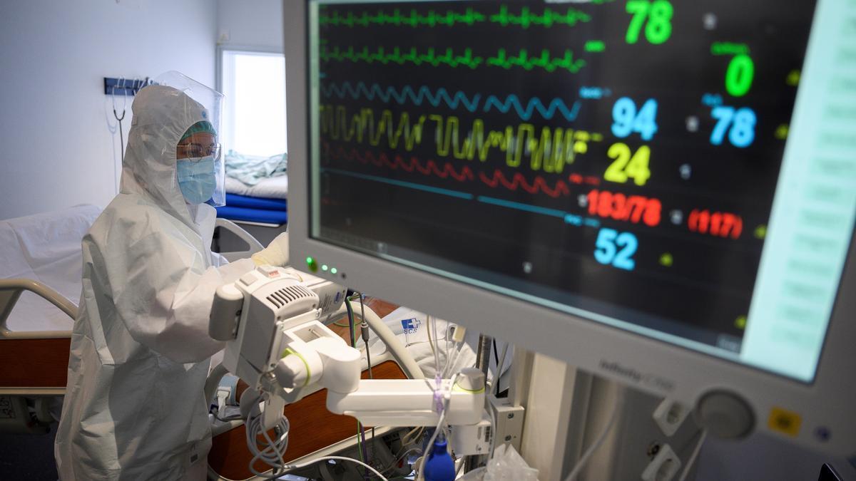 Personal sanitario en la UCI-COVID del Hospital de Valdecilla.