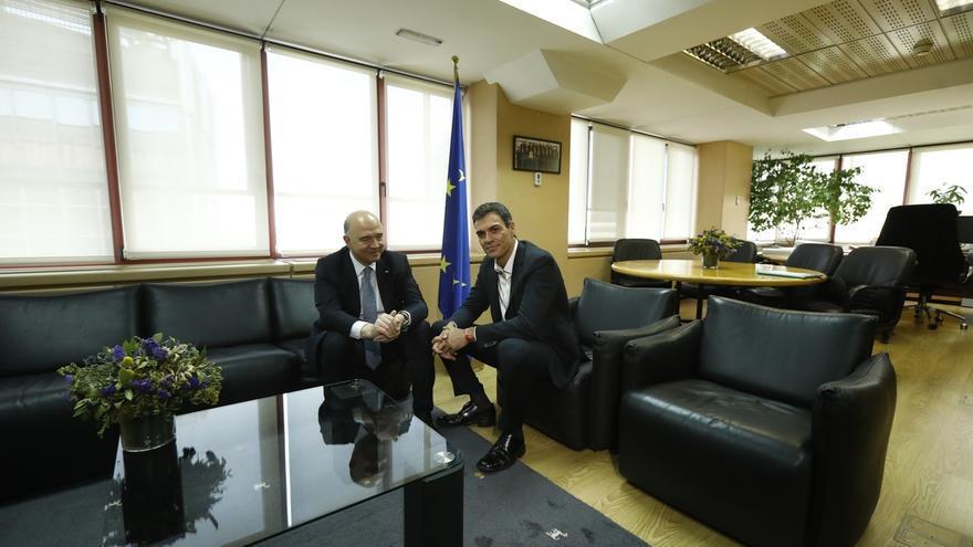 El comisario económico de la UE, Pierre Mosocvici, durante su reunión esta mañana con el secretario general del PSOE, Pedro Sánchez.