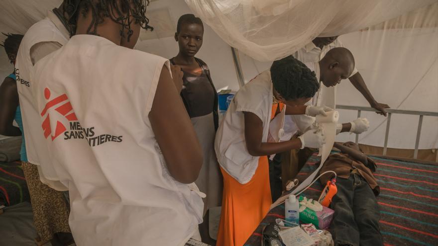 Debido al crecimiento de la población, MSF ha iniciado la construcción de un centro médico en el complejo de refugiados BidiBidi que permitirá el ingreso de pacientes. Allí proporciona atención médica para combatir las patologías más comunes que son la malaria y las enfermedades diarreicas. Además atiende enfermedades crónicas y de salud mental. Fotografía: Yann Libessart/MSF