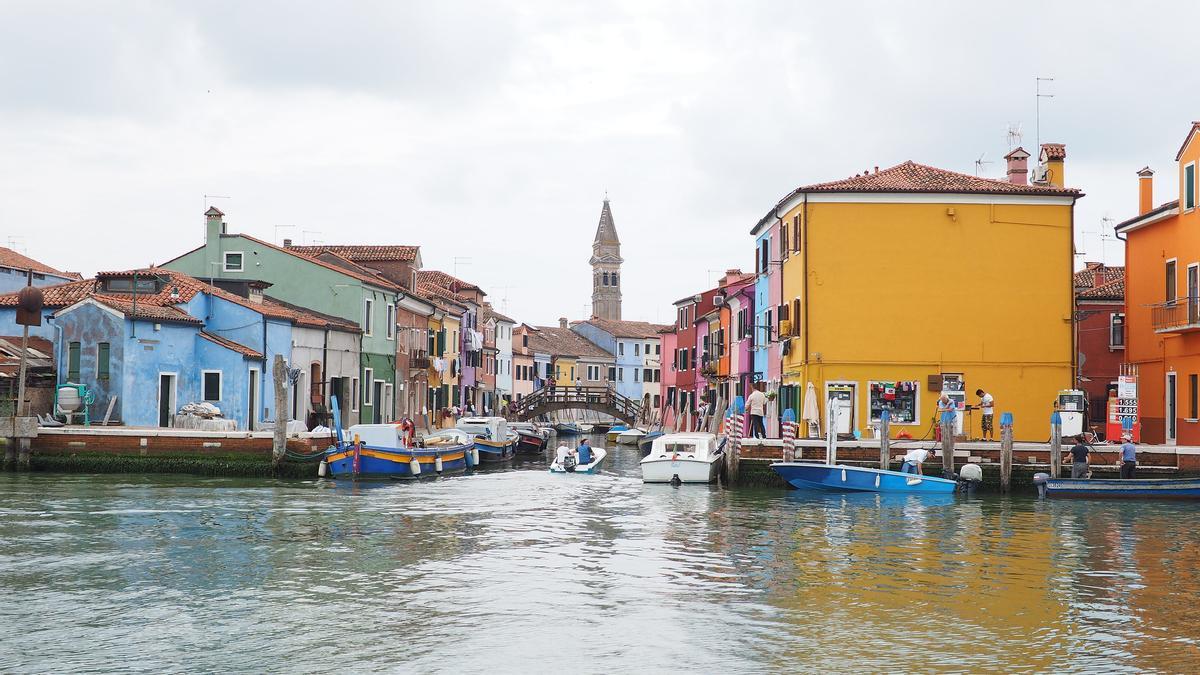 El Vaporetto llega a Burano. Tras las casas de colores podemos ver el campanario de San Martino.
