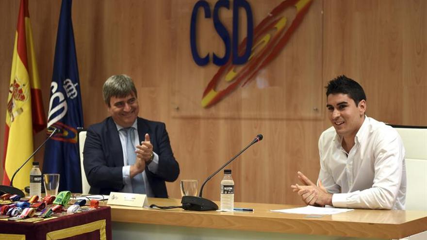 Fotografía facilitada por el Consejo Superior de Deportes de su presidente, Miguel Cardenal (i) que aplaude la intervención del taekwondista español Nicolás García Hemme
