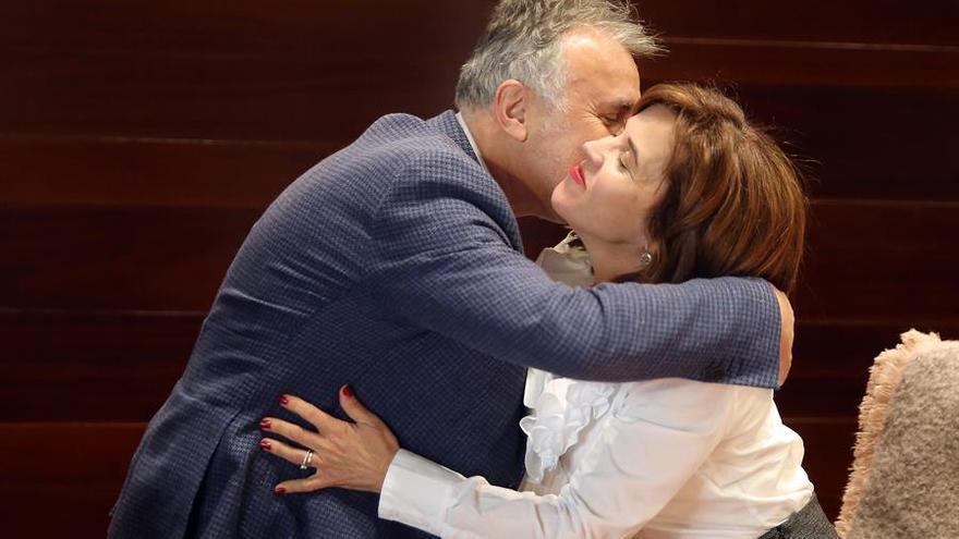 El presidente de Canarias, Ángel Víctor Torres y la consejera de Sanidad, Teresa Cruz Oval. EFE/ Cristóbal García