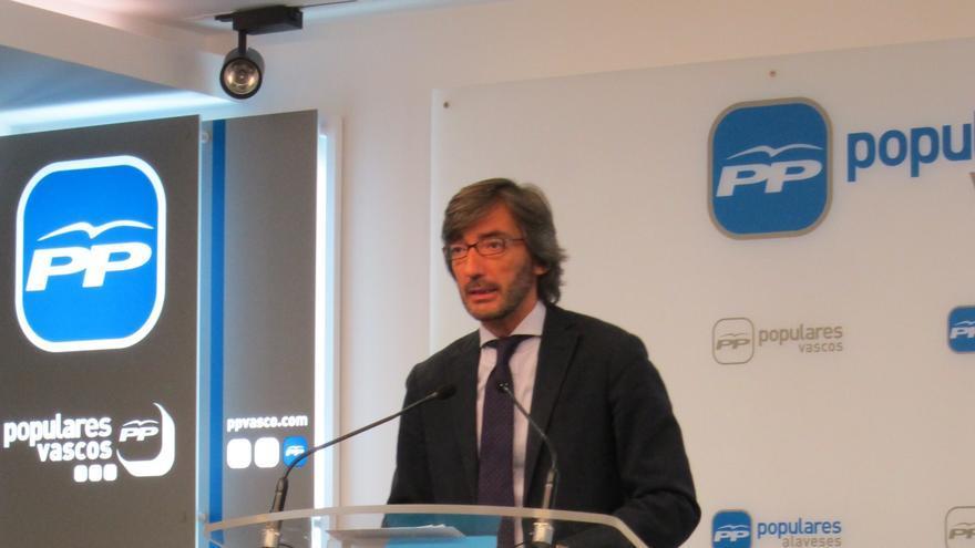 El nuevo y el viejo PP vasco abren una 'guerra' en Twitter por el empleo público de Santiago Abascal en Madrid