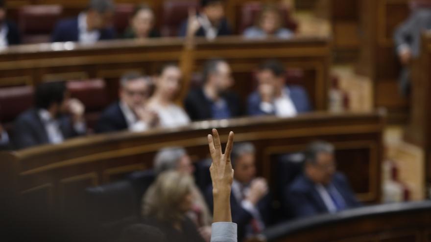 PP, Ciudadanos y PNV rechazan en el Congreso bajar el sueldo un 7% a Rajoy y sus ministros, mientras el PSOE se abstiene