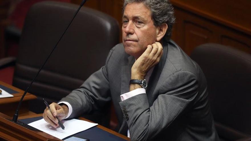El congreso de Perú retiró la confianza al ministro de Economía, que debe renunciar