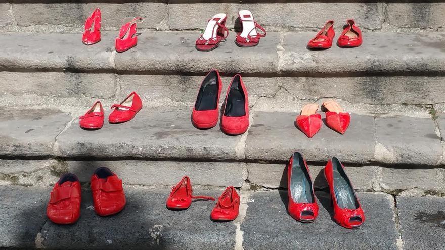 Zapatos rojos en las escaleras de la iglesia de El Salvador. Foto: LUZ RODRÍGUEZ.