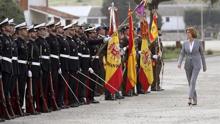Cospedal defiende banderas ondeen a media asta y critica incoherencia de PSOE