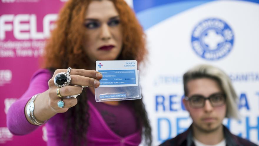 Victoria y Rubén en la presentación de la campaña de la FELGTB.