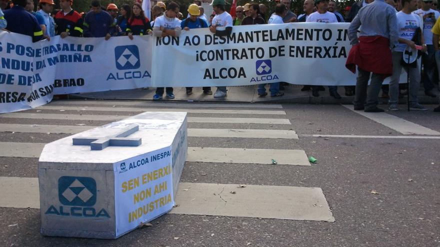 Manifestación de personal de Alcoa en Santiago contra una de las anteriores amenazas de cierre