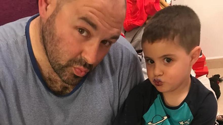 Fernando, junto a su hijo Iker en la fotografía viral en la que aparecen con las uñas pintadas