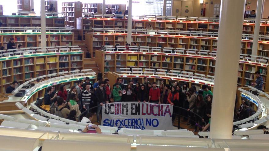 Los estudiantes de la UC3M irrumpen en la biblioteca invitando al resto de alumnos a sumarse a la movilización / Belén Picazo