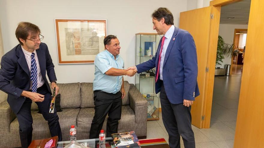 El consejero José Luis Gochicoa recibe al patrón mayor de Santoña. | MIGUEL LÓPEZ
